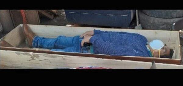 违禁令与朋友欢聚 秘鲁市长躺棺材躲警察