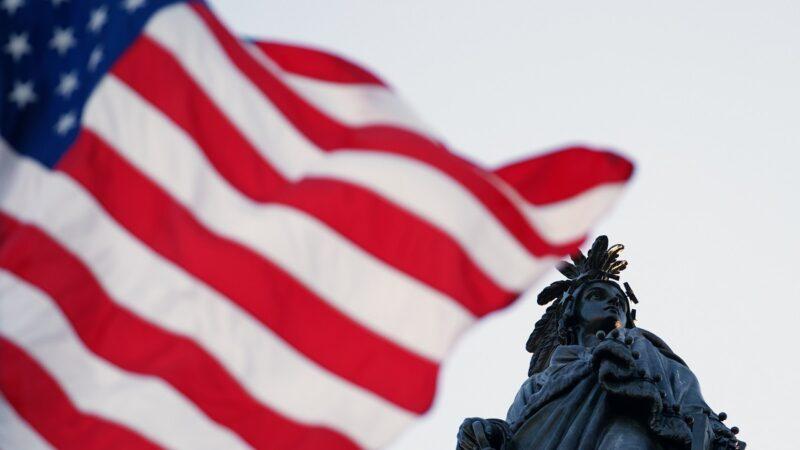 美国国会大厦飘扬国旗 致敬李洪志先生