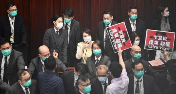 香港立法会冲突:亲共派越权兼打人 民主议员送医