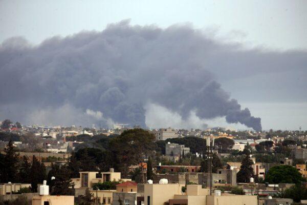 80枚火箭連環炸 的黎波里機場損毀2客機陷火海