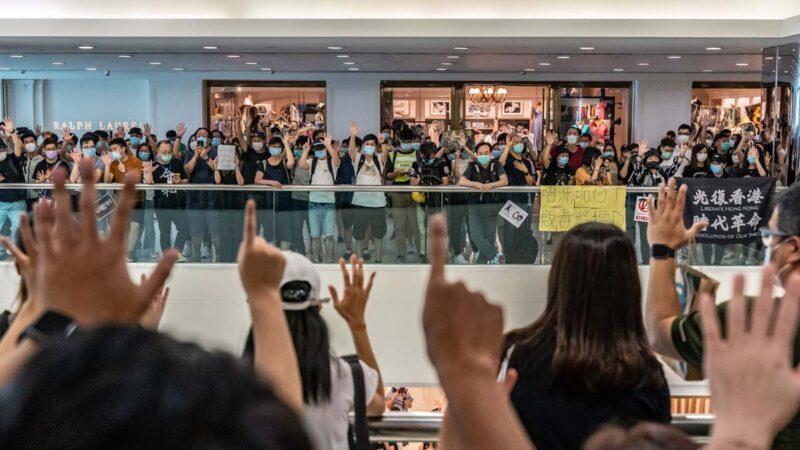 """香港抗暴风云再起 母亲节""""和你唱""""遭镇压逾百人被捕"""
