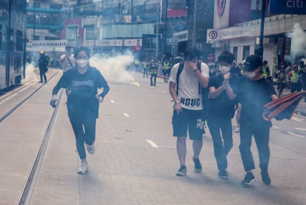 抗议港版国安法 游行民众遭催泪弹驱离(视频)