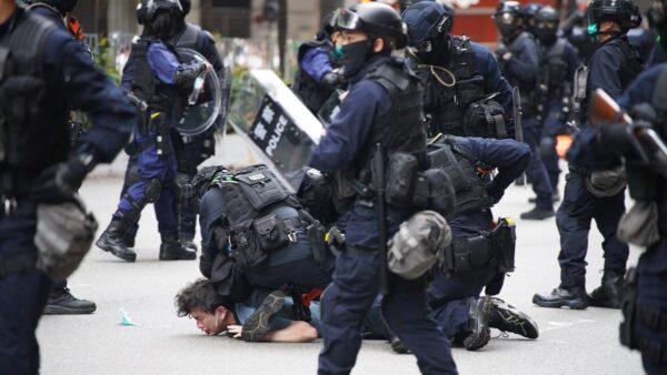 组图:港人游行抗议国安法 警方狂射催泪弹抓180人