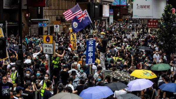 """香港""""反恶法大游行"""" 男警失控抱走女记者"""