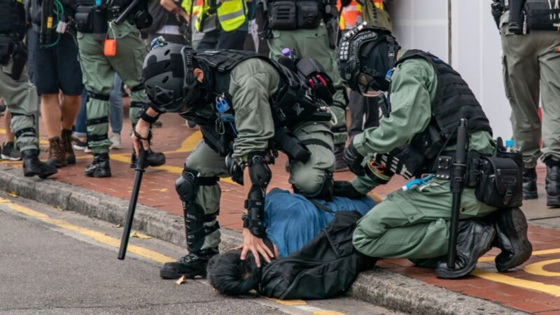 港警暴力「曡羅漢」壓人 醫管局:一女子命危(視頻)