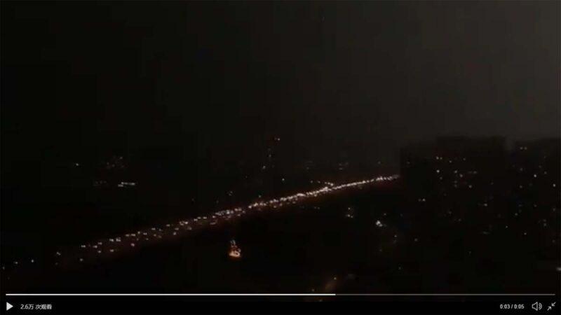 北京兩會開幕日 白晝瞬間變黑夜,響雷閃電直劈人民大會堂代表們嚇得瑟瑟發抖