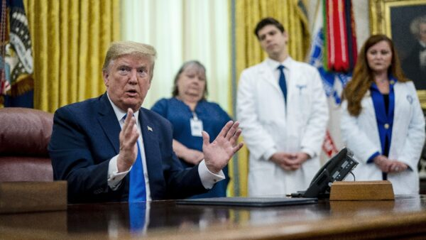 川普表彰護士媒體挑刺 護士反擊:我們沒染病毒