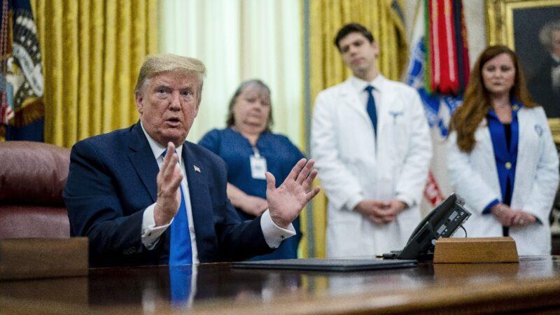 川普表彰护士媒体挑刺 护士反击:我们没染病毒