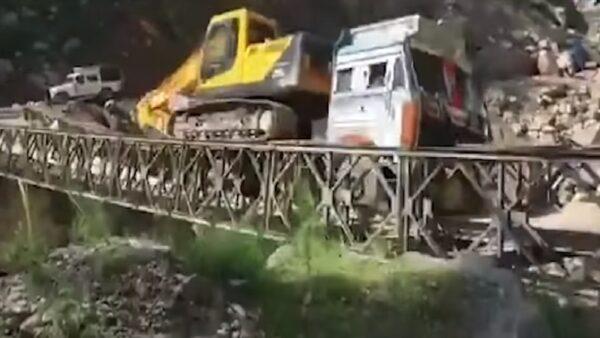 載運挖土機赴邊境 印度貨車超重橋斷墜谷