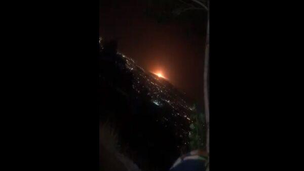 伊朗軍事基地附近爆炸 橘紅火光伴震天巨響