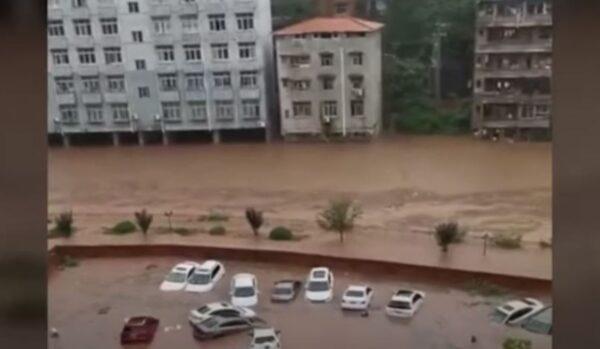 公路塌方房屋冲走 重庆綦江面临80年最大洪灾(视频)