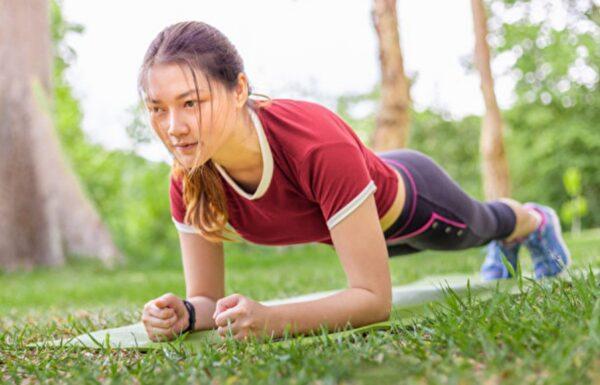 比仰臥起坐練核心肌群更有效!棒式運動正確做法(組圖)