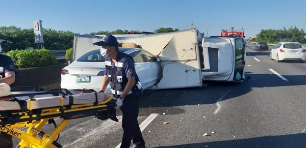 离奇!特斯拉汽车疾驶 直撞翻覆货车