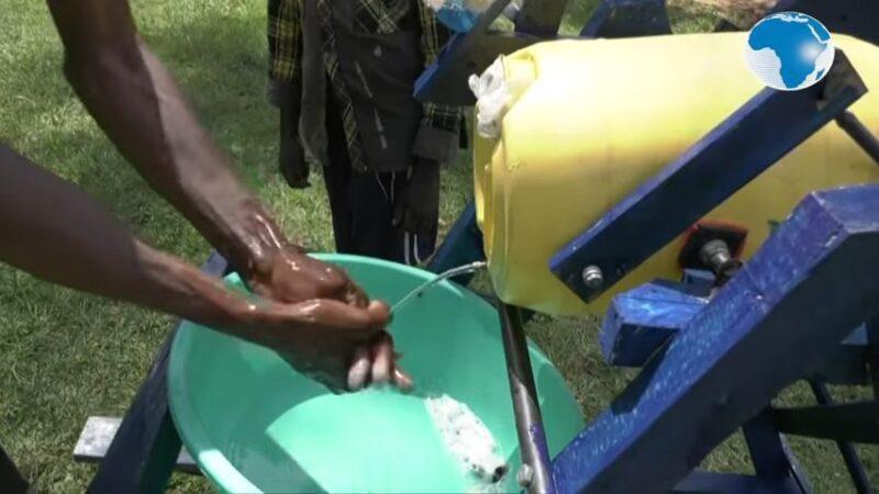 发明免碰触洗手机 肯尼亚9岁男孩获总统颁奖