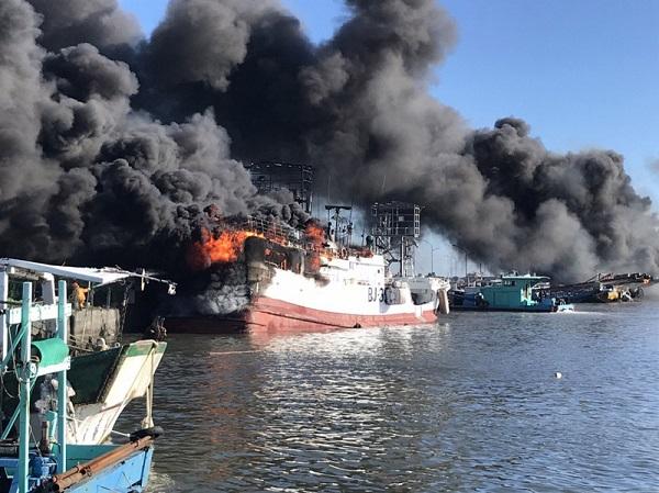 接连爆炸声 屏东东港盐埔渔港连环火烧船