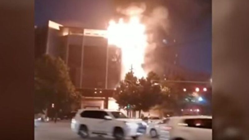 陕西渭南公安局大楼起火 整栋楼被烧透(视频)