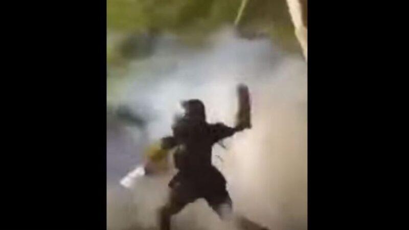 """白宫外骚乱中 有示威者普通话喊""""快走""""(视频)"""