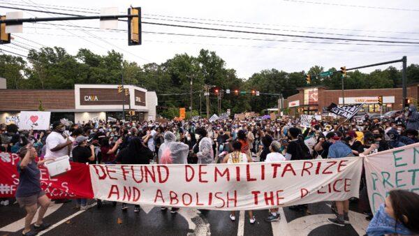 民调:2/3美国人反对撤警察资金