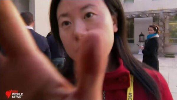 澳总理记者会 中共记者嚣张手遮澳媒镜头