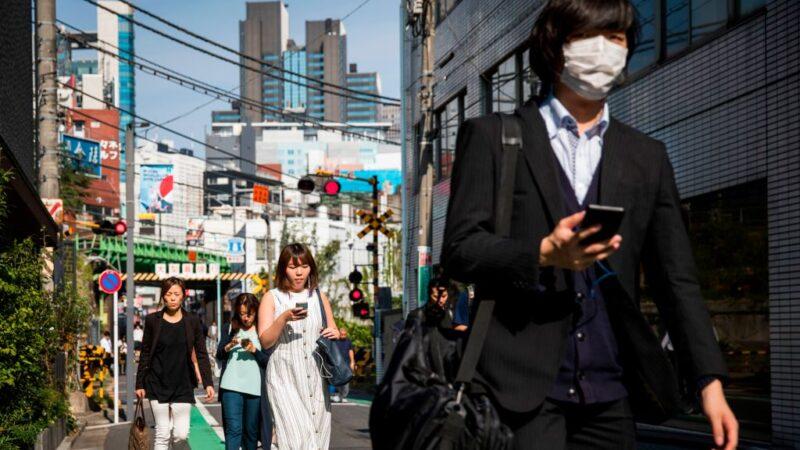 """减少""""低头族"""" 日本大和市首禁边走边看手机"""