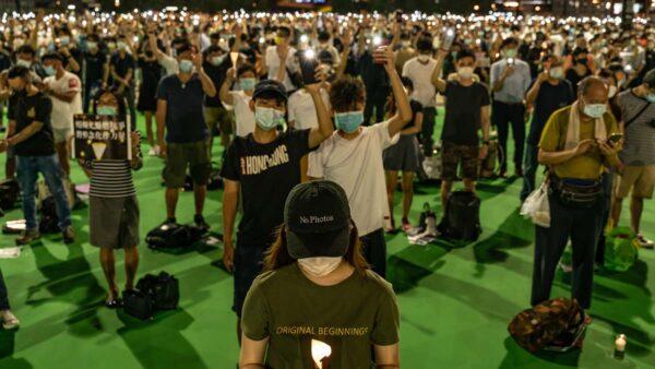 香港維園及多區燭光悼六四 警方抓4人(視頻)