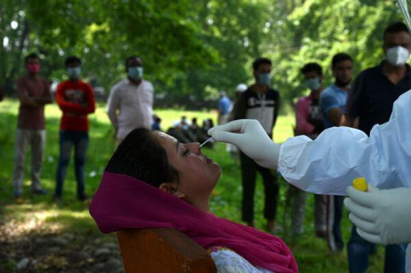 印度新增逾9800人染疫 單日確診再創新高
