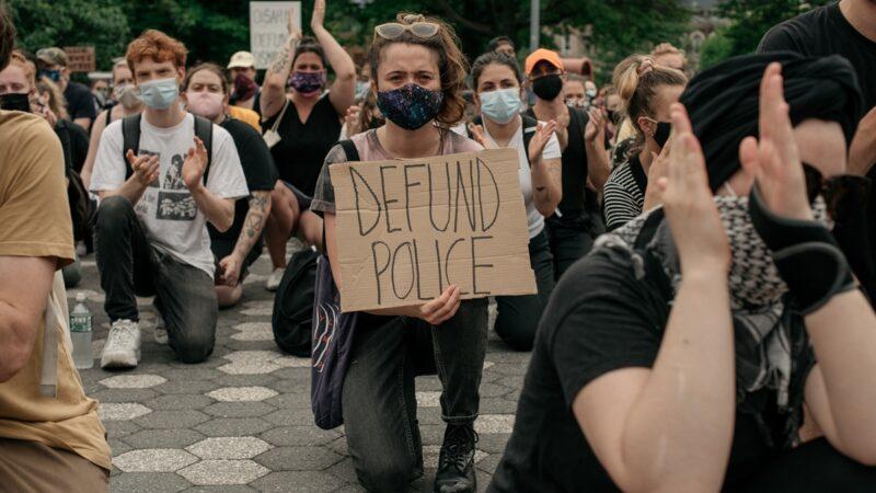【名家专栏】美国骚乱中的下跪 玩火自焚