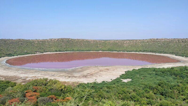 印度5萬年隕石湖一夜繽紛 鮮艷粉色湖水謎團待解