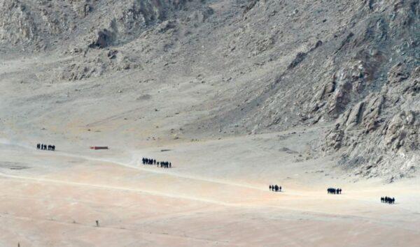 中印對峙之際 中共以軍人描紅中尼界碑替代宣傳