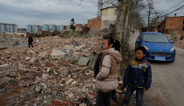 中國農民遭「強制脫貧」 被逼交田搬遷斷生路