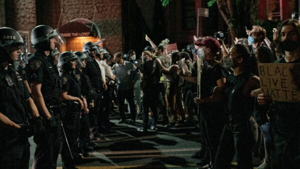 纽约警探工会转弱为强 起诉暴徒攻击警察