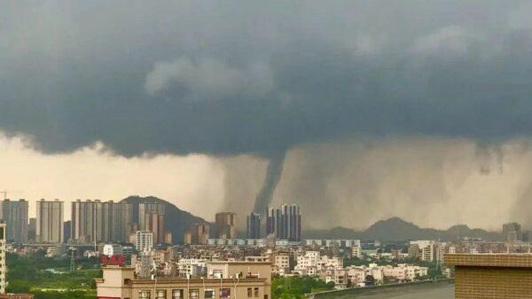 東莞驚現「龍吸水」 強風暴雨閃電8000次