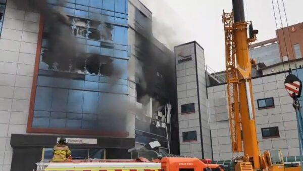 爆炸巨響後引大火 韓國京畿道塑膠容器廠10人輕重傷