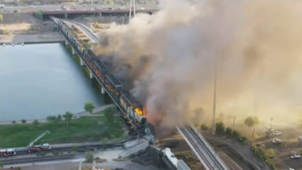 美一货运列车出轨 引发列车燃烧 多节车厢坠地