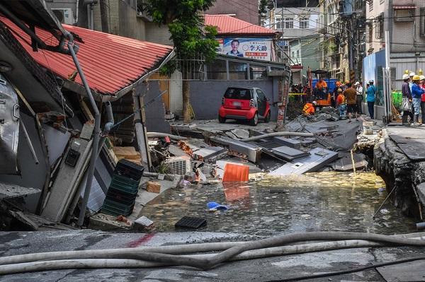 台湾新北施工路面塌陷 压断瓦斯管 住户受惊吓