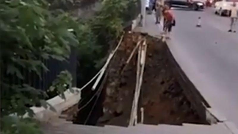 重庆路面突塌陷 2行人瞬间坠入巨坑 视频曝光
