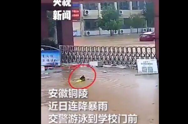 央視播交警「游泳」視察學校穿幫 網友:侮辱智商