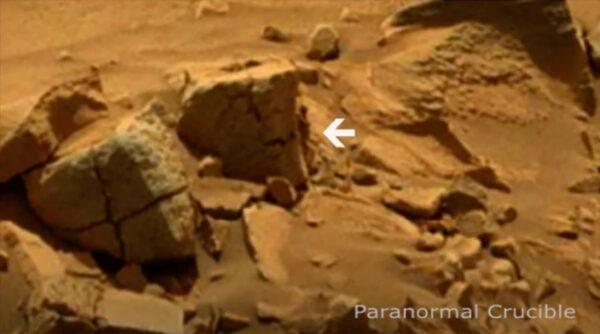 火星照片岩石角落躲著一个神秘人?