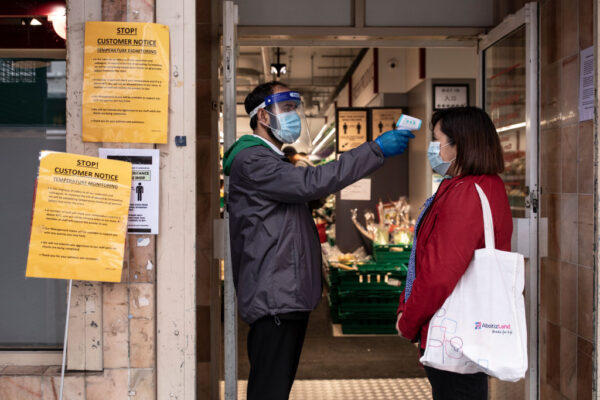 英第2波疫情或夺12万人命 英格兰24日进店家强制遮脸