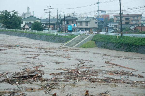空前豪雨横扫九州 民众登屋顶待救 日相派万人救灾