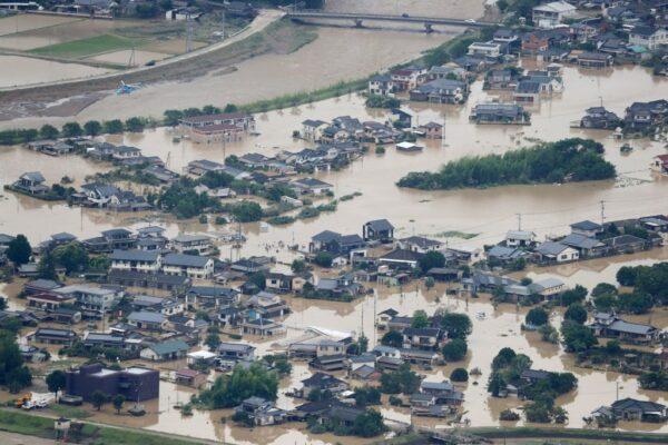 大雨重创日本九州 16死17命危 居民排SOS求援