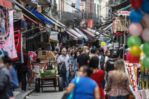 巴西染疫累计逾204万例 贫民区续遭民兵威胁交保护费