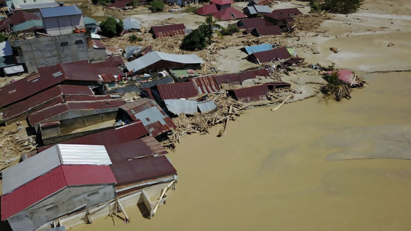 印尼蘇拉威西島暴雨洪災 河川潰堤至少36死