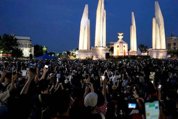 毕业恐失业 泰国学生率领群众示威