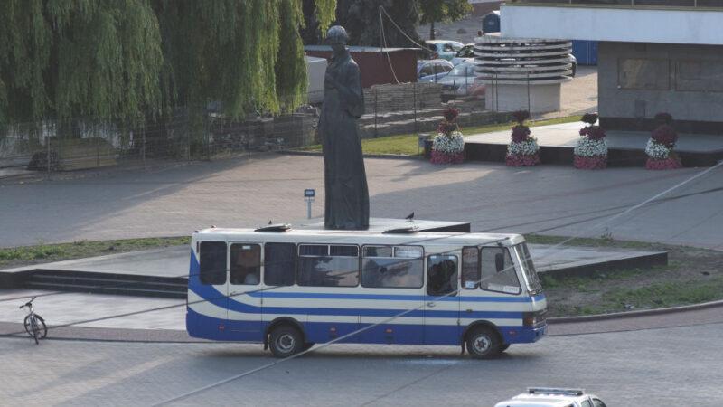 挟持公车13人质 乌克兰出动装甲车 武装男遭制伏