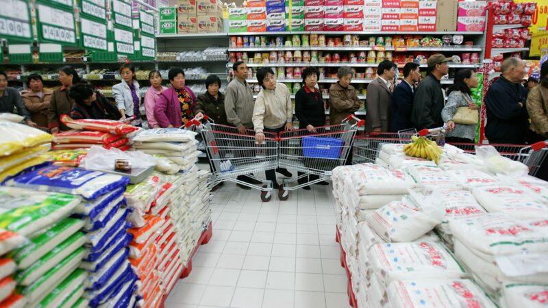 中國27省泡水 官稱吃有保障 網民大怒:吃蝗蟲吧