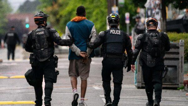 """西雅图""""自治区""""闹剧结束 警方驱散ANTIFA逮捕10余人"""
