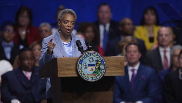 芝加哥葬禮15人遭槍擊 左派市長仍阻川普平亂