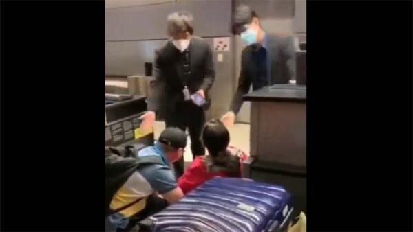 买高价票回国却不让登机 美华人跪求痛哭(视频)