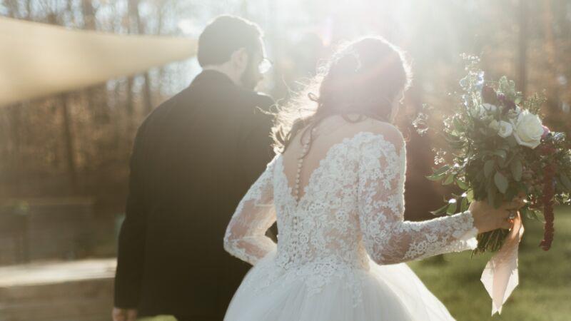 新娘穿婚纱奔车祸现场救人 新郎:我为你骄傲